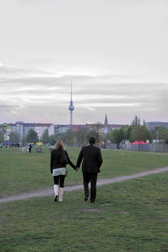 Pärchen Hand in Hand, Mann im Anzug mit Frau beim Spaziergang, Fernsehturm.