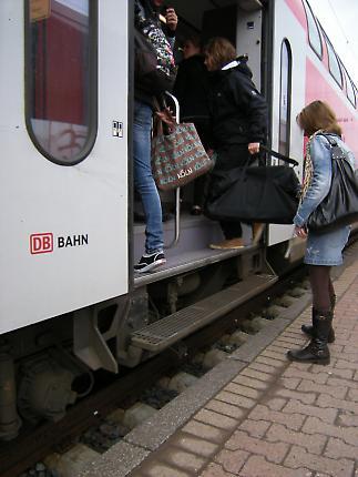 Menschen am Bahnsteig 1