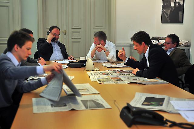 Redaktionskonferenz des Büros der Südeutschen Zeitung in Berlin. Anwesend sind die Redakteure der Politik- und Wirtschaftsredaktion, soweit sie keine Auswärtstermine haben. In dieser Sitzung werden die Tagesthemen mit der Redaktion in München abgesprochen.