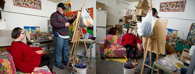 Im Atelier - einer Einrichtung der Werkstätten für Behinderte (WfB) Nürnberg - versuchen sich Gila Vanessa Fürst und Siegfried Wurm zu beruhigen. Am Abend werden sie gemeinsam mit ihren Kollegen bei den KunstTräumen in Altdorf mit einer Performance erstmals vor großem Publikum auftreten. (Synchronfotoprojekt - zwei Kameras wurden über Funk exakt gleichzeitig ausgelöst.)
