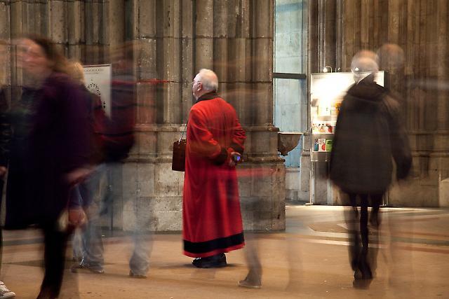 Domschweitzer am Haupteingang. Er sorgt für Ruhe und Ordnung im Dom.