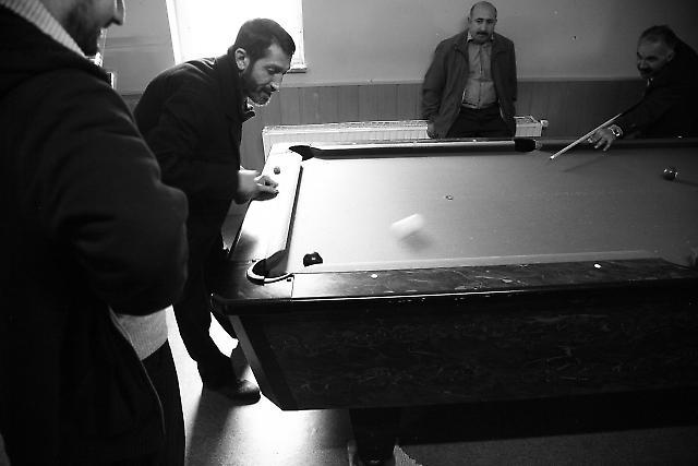 Männer spielen Billard in den Räumen der Takva Gemeinde