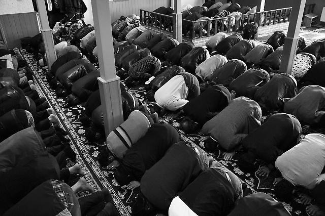 Männer beim Freitagsgebet in der Takva Moschee