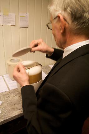 Abholung einer Urne aus dem Krematorium zur Trauerfeier