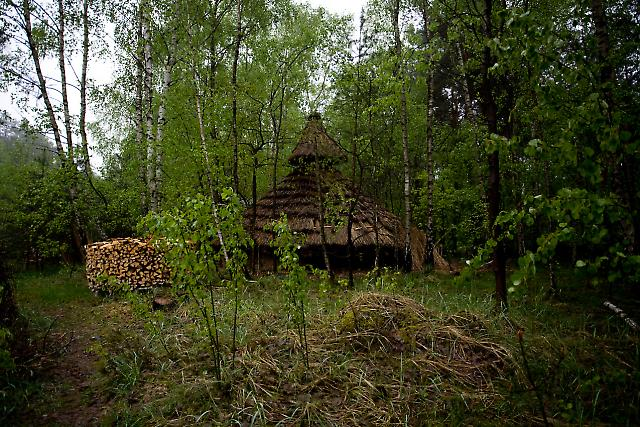 1999 wurde eine ehemalige Funküberwachungszentrale der Stasi nahe Berlin zum selbstverwalteten ökologischen Kulturzentrum Kesselberg. Dort leben heute circa 30 Menschen mit dem Ziel, möglichst hierarchiefrei, kommerzfrei und offen zu leben. Das Foto zeigt eine Weidenhütte, die sich zwei der Projektteilnehmer im Wald gebaut haben, um darin zu leben.